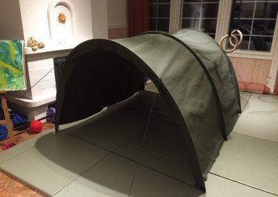 Lähdimme liikkeelle yksinkertaisuudesta. Uusi kangas, jota käytämme on leveästä pakasta, ja siitä voidaan helposti tehdä kaariteltan katto yhdestä neliskanttisesta palasta.