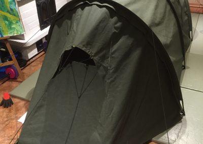 Valmiiksi ommeltu teltan päädyn testiversio. Tuuletusaukon muoto on haastava suunniteltava.