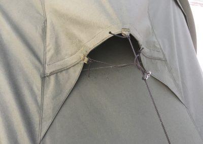 Teltan eri päissä kokeiltiin erilaisia ratkaisuja ilmanvaihtoaukon suhteen.