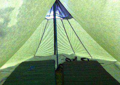 Kevyt telttakangas päästi valoa sisään mukavasti.