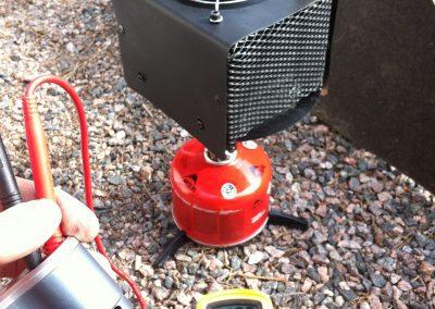 Koetimme myös muita lämmönlähteitä, joissa ei ole samanlaista kuuman ilman pakkautumista kuin Trangiassa. Puhaltimella varustettu simppeli TEG-levy tuotto kaasupolttimen kanssa oli aikalailla 12V, mikä oli ihan houkutteleva ajatus.
