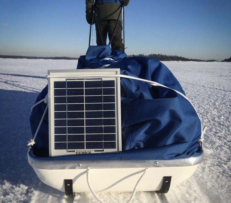 Akku Led-valolla ja aurinkopanelilla